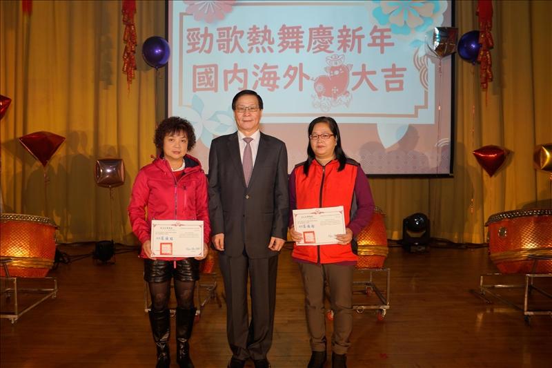 葛煥昭校長頒發「優良工友獎」,共3位獲獎,到場受獎者2位:余美霞(左)、高英芬(右)。