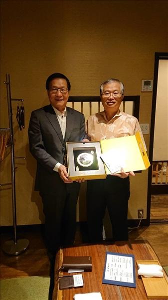 108年7月3日晚上,由我國駐日本辦事處的蔡明耀副代表(右)設宴招待,本校葛煥昭校長(左)致贈紀念品給蔡副代表。