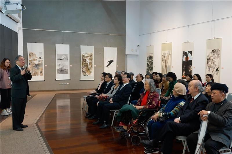 「春和景明書畫展」開幕式,文錙中心張炳煌主任向與會者介紹文錙中心。