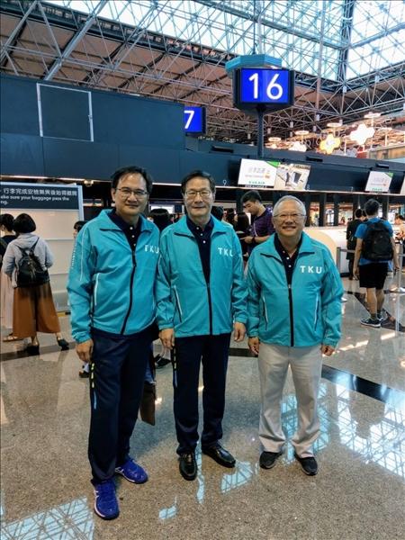 3-108年8月8日葛煥昭校長(中)、林志鴻副校長(右)及陳逸政體育長(左)攝於桃圓機場