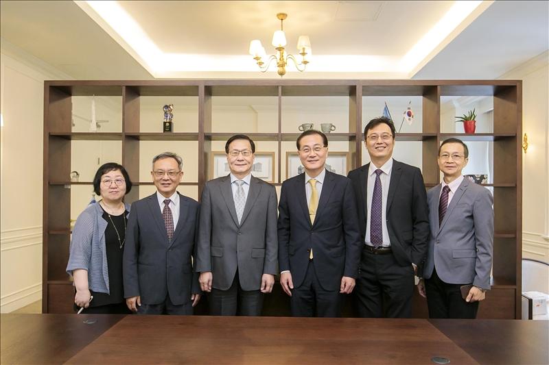 9-本校訪問團與韓國慶熙大學代理校長(右3)、國際長(左1)合影。