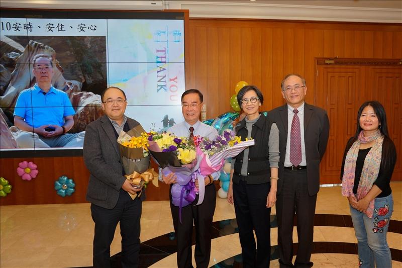 教育學院未來所紀舜傑所長(左1)及同仁歡送陳瑞貴副教授(左2)