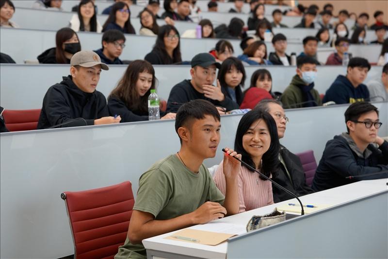 108年2月26日舉辦第5場「熊貓講座」,運輸科學碩士生提問。