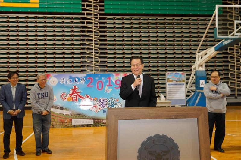 葛煥昭校長在趣味競賽活動上致詞,歡迎校友參加。(馮文星拍攝)