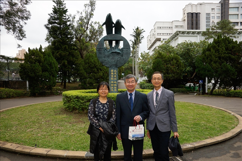 108年2月26日參觀淡水校園海豚吉祥物里程碑,左起:吳淑妃教授、Dr. Hoang Pham、蔡宗儒院長。
