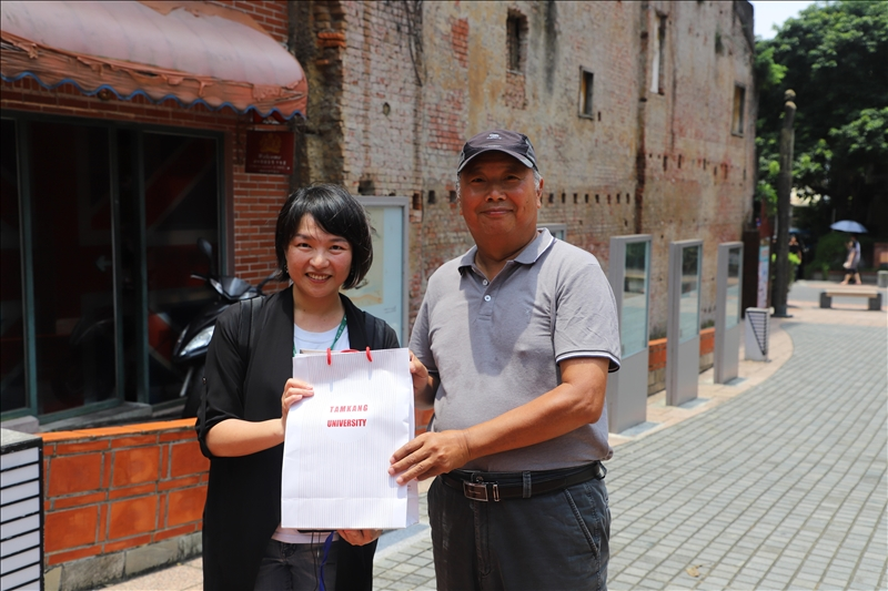 淡水好生活計畫協同主持人涂敏芬老師致贈禮物給旅學堂蘇文魁顧問