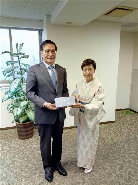 日本姊妹校法政大學田中優子校長(右)致贈禮品給本校葛煥昭校長(左)