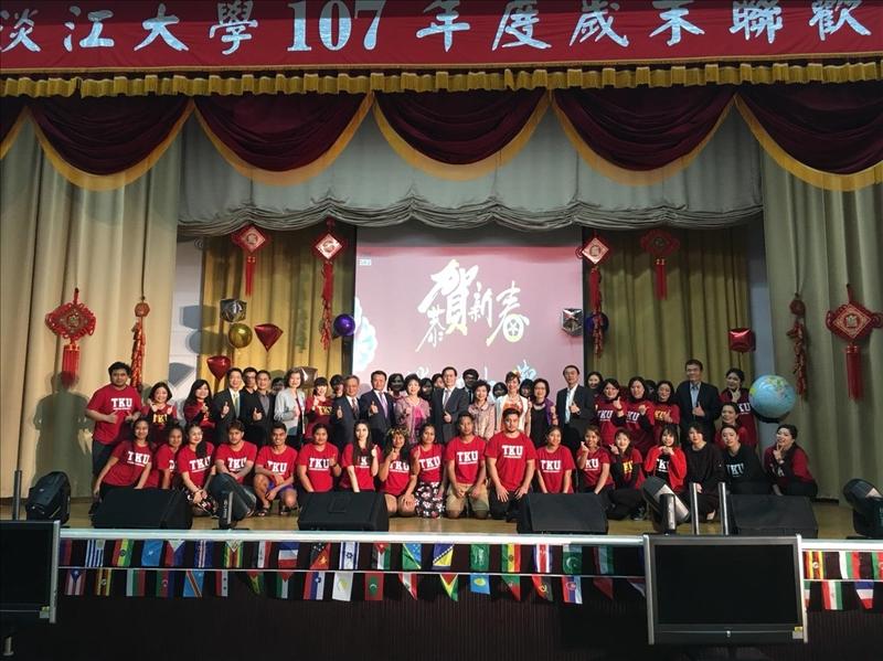 107年度歲末聯歡會,全體主管及參與表演的同仁團拍照。