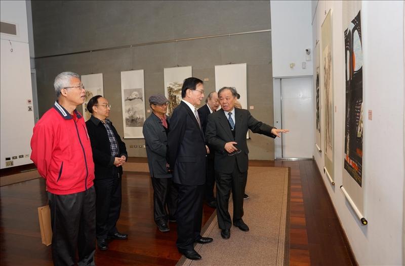 文錙中心張炳煌主任(右)為貴賓介紹展出的作品