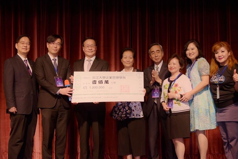 童孟芳系友捐贈100萬元給企管系做為「正明自強獎學金」(企管系所校友會拍攝)