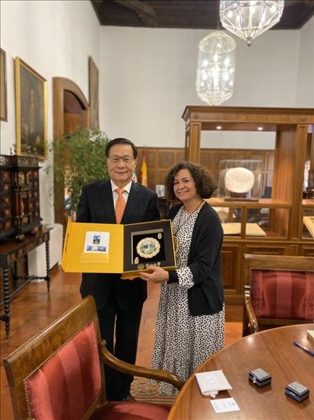 29-本校葛煥昭校長致贈紀念品給西班牙姊妹校格拉納達大學Pilar Aranda Ramírez校長