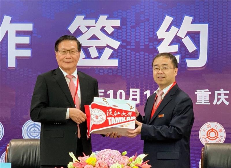 2-葛煥昭校長(左)致贈本校學術交流旗幟給重慶大學張宗益校長(右)