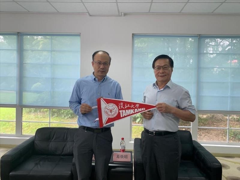 5-本校葛煥昭校長(右)贈本校交流旗幟給上海復旦大學陳志敏副校長(左)