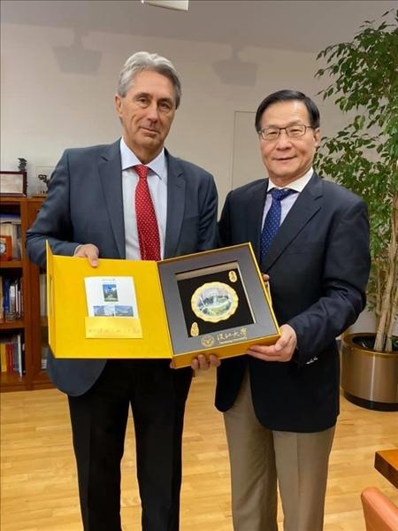 14-本校葛煥昭校長致贈紀念品給阿爾卡拉大學José Vicente Sa校長