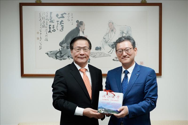 2-本校葛煥昭校長致贈Dr. Yong Jin Kim紀念品。(馮文星攝影)