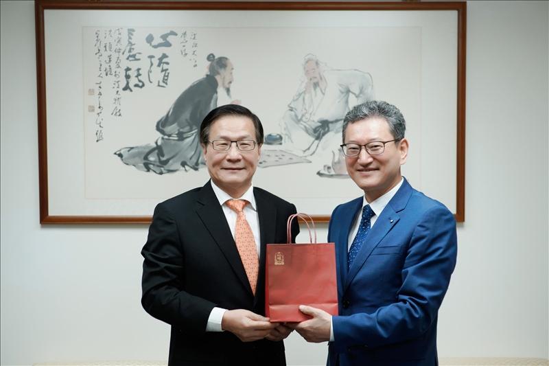 3-Dr. Yong Jin Kim(右)贈送葛煥昭校長(左)韓國紅蔘禮品。(馮文星攝影)