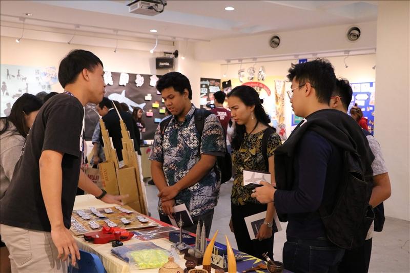 各國境外學生向參觀者介紹所屬國家文物。(4)