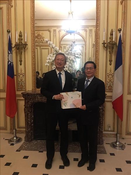 108年3月11日下午,於我國駐法國代表處,本校葛煥昭校長(右)致贈紀念品給吳志中大使(左)。