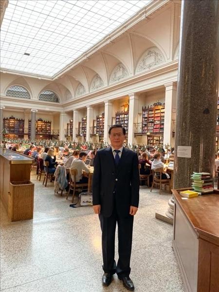 57-葛煥昭校長攝於奧地利姊妹校維也納大學圖書館