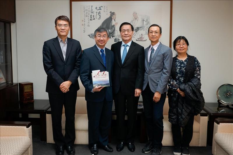 108年2月26日拜會校長行程,左起:劉艾華秘書長、Dr. Hoang Pham、葛煥昭校長、蔡宗儒院長、吳淑妃教授。