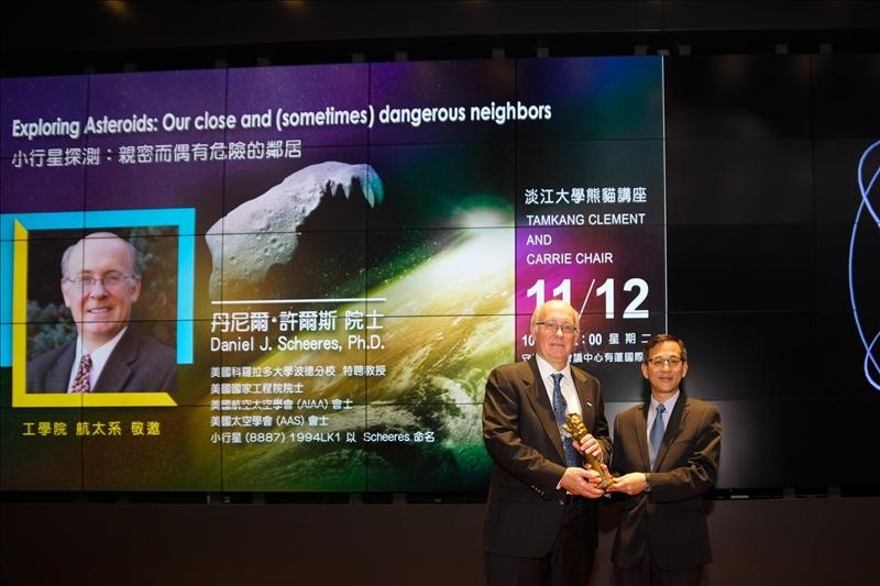 19-航太系陳步偉主任(右)贈送Dr. Daniel J. Scheeres (左)代表「熊貓講座」榮譽的銅雕獎座(馮文星攝影)
