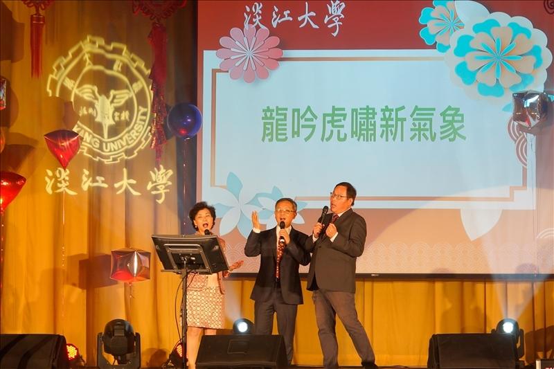 第3個節目「龍吟虎嘯迎新春」,由新北市校友會莊子華理事長(右)、莊希豐行政副校長(左)、王高成國際副校長(中)共同高歌。