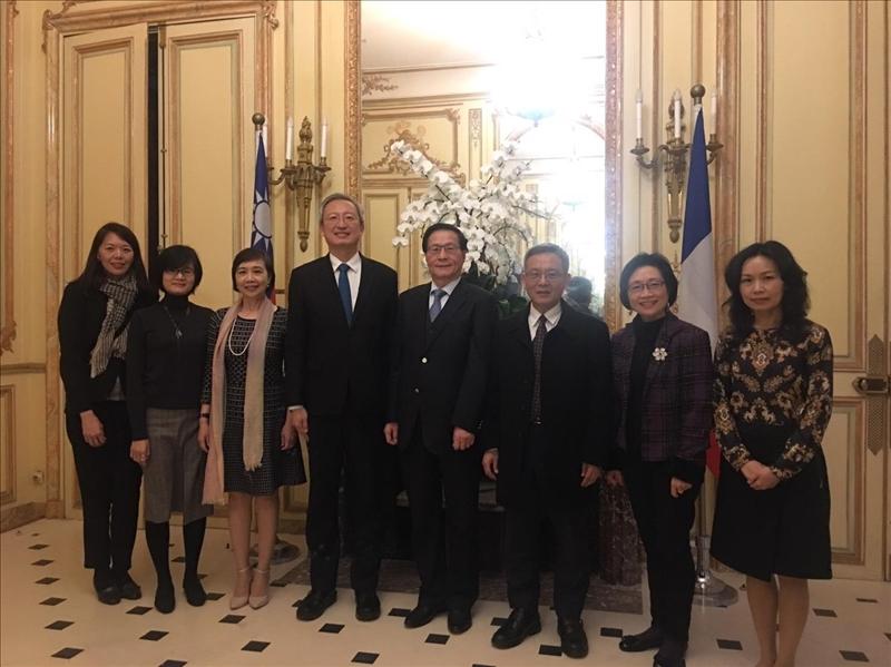108年3月11日下午,本校葛煥昭校長一行應邀至我國駐法國代表處,由吳志中大使(左4)及外館官員接待。