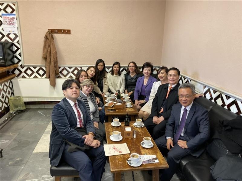 32-本校訪問團與西班牙姊妹校格拉納達大學孔子學院院長Dr. Juanjo Ciruela和語言政策主任Dr. Carmen Caballero Navas舉行座談