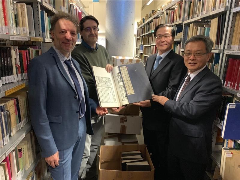 108年3月11日上午,葛煥昭校長(右2)及王高成副校長(右1)拜訪法國巴黎第七大學,參觀東亞學院圖書館,館內中文藏書豐富,涵蓋台灣當代文學作品。