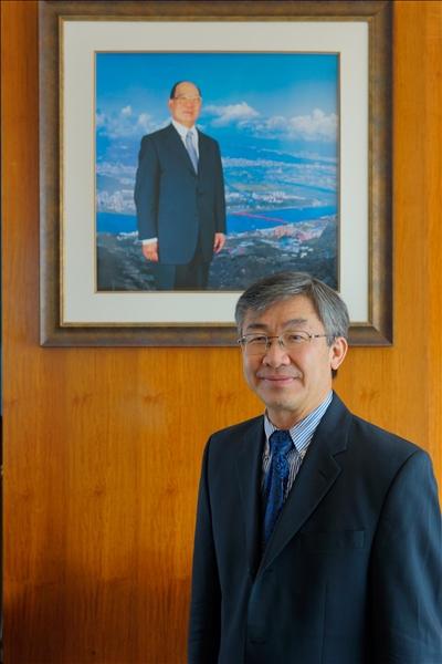 Dr. Hoang Pham與本校熊貓講座基金捐款人張建邦創辦人的畫相合影