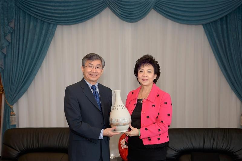 108年2月26日Dr. Hoang Pham(左)拜會本校張家宜董事長(右),由董事長致贈花瓶禮品。