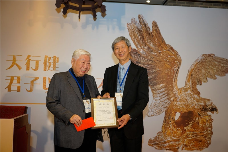 菁英會孫瑞隆會長(右)致贈感謝狀給陳飛龍學長(左)