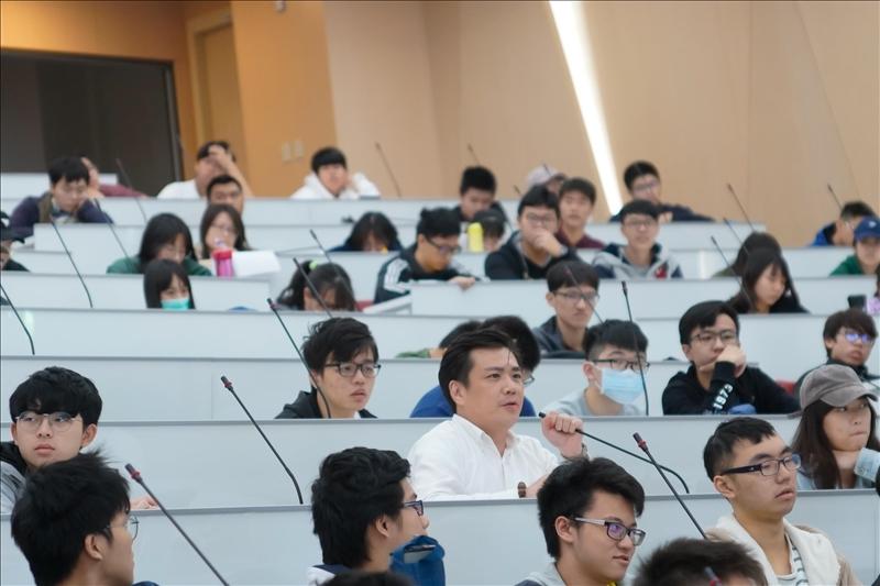 19-第17場「熊貓講座」演講會場,學生提問。(馮文星攝影)