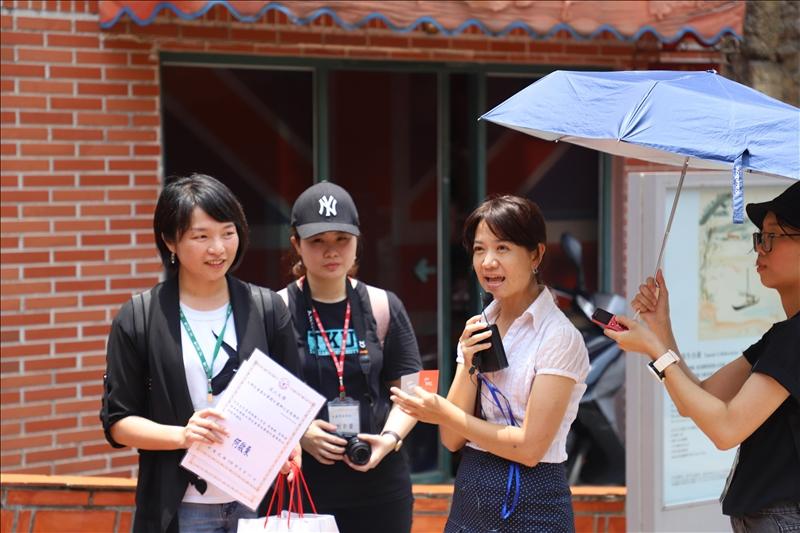 旅學堂李琪堂主說明與USR計畫合作過程,並由淡水好生活計畫協同主持人涂敏芬老師致贈感謝狀。