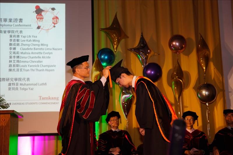 李宗翰院長為工學院碩士班畢業生代表撥穗