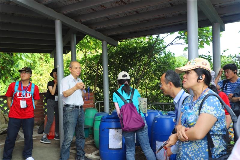 淡水好生活計畫協同主持人高思懷老師解說低成本無臭味的堆肥法
