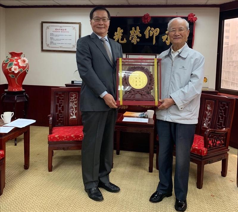 108年8月21日葛煥昭校長(左)拜訪淡江世界校友會聯合會陳定川總會長(右),並致贈紀念金盤,感謝其對母校的長期支持。