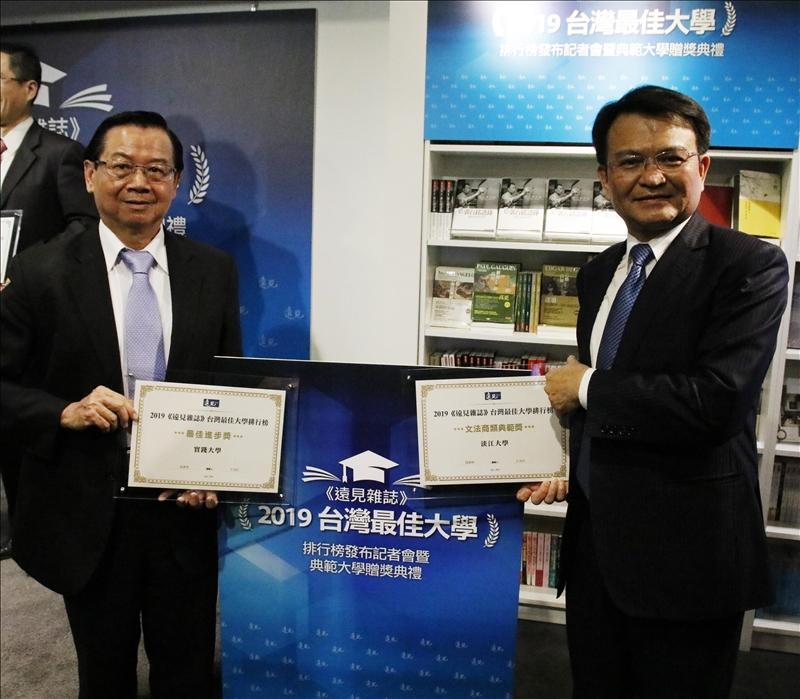 本校金鷹校友、現任實踐大學校長陳振貴(左)獲頒「最佳進步獎」,與何啟東副校長(右)共勉並合影。(攝影/林薏婷)
