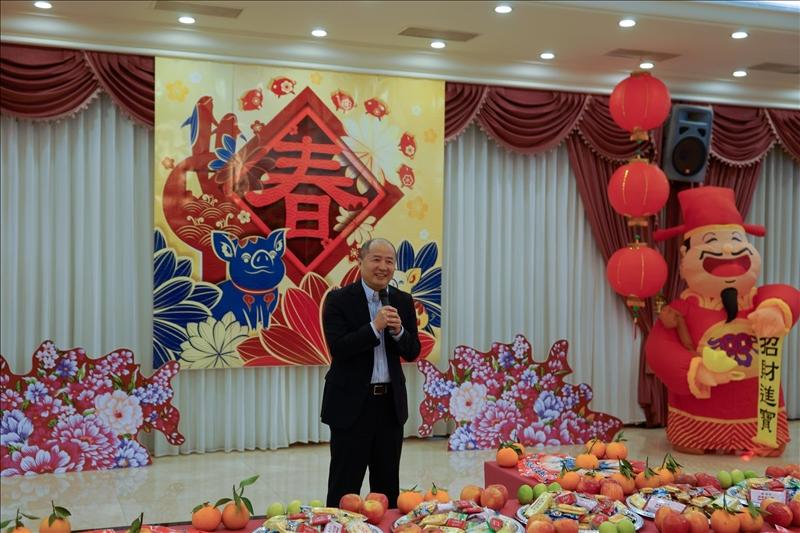 108年新春團拜茶會,郭經華資訊長以吉祥話祝賀。(馮文星提供)