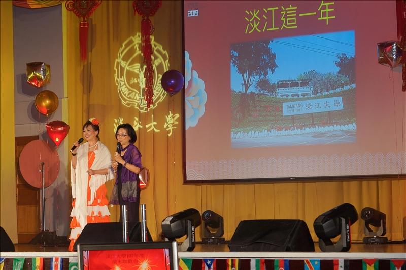 107年度歲末聯歡會由校友處及國際處負責規劃表演,主持人:楊淑娟執行長(右)、陳小雀國際長(左)。