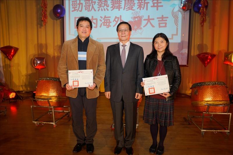 葛煥昭校長頒發「教師評鑑傑出獎」,共3位獲獎,到場受獎者2位:王元聖副教授(左)、汪美伶教授(右)。