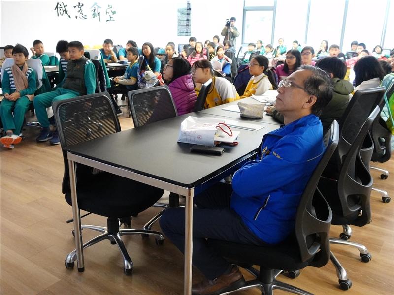 淡水區長巫宗仁(圖藍色衣服者)到場支持並仔細聆聽專題演講