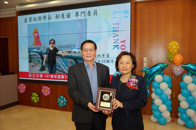 107學年度第1學期榮退茶會,葛煥昭校長(左)致贈感謝牌給退休同仁郝蕙蘭專門委員(右)。
