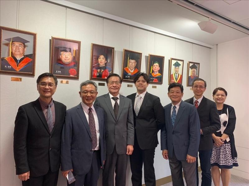 本校參訪團參觀日本姊妹校城西大學,上排掛放的相片左起第3張為本校張家宜董事長。