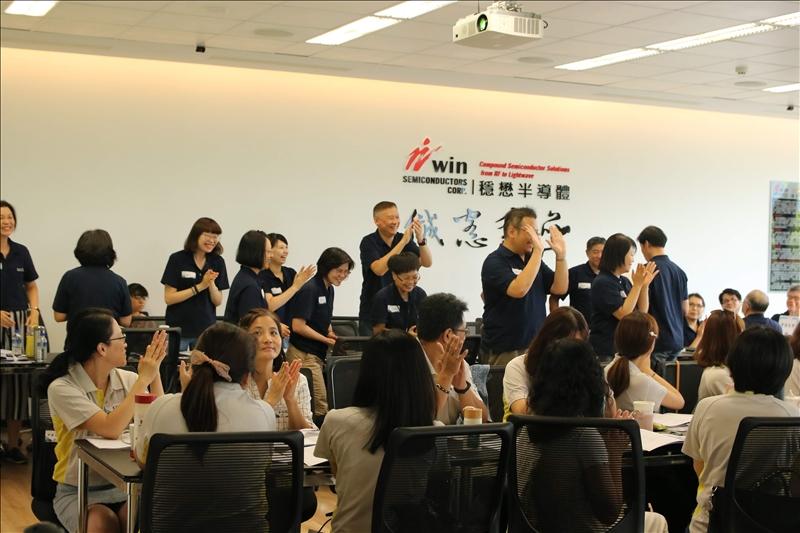 本校學務工作同仁向全體與會人員揮手致意。