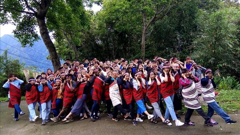 大家擺出泰雅族的姿勢-快樂跳舞