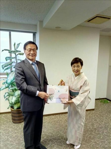 本校葛煥昭校長(左)致贈禮品給日本姊妹校法政大學田中優子校長(右)