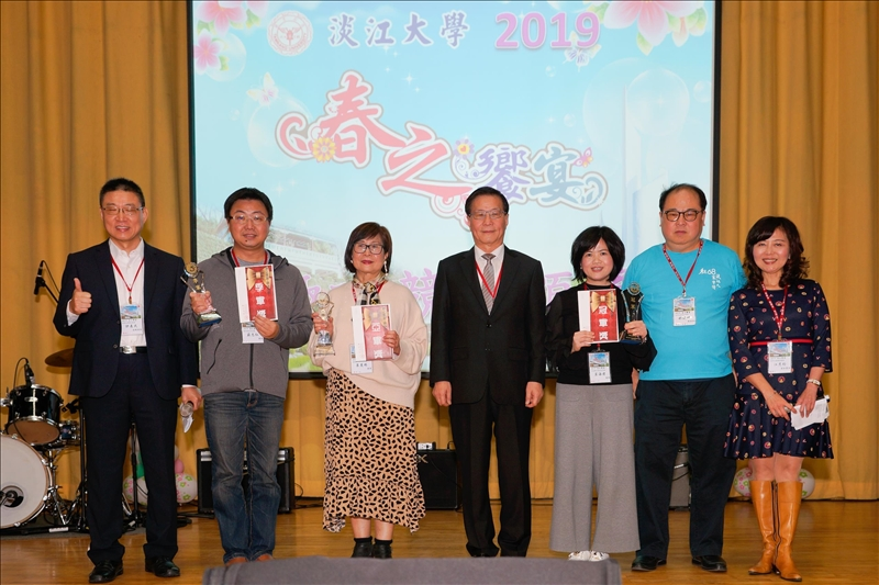 葛煥昭校長為趣味競賽的前三名頒獎(馮文星)
