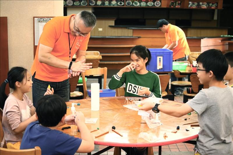 科教中心團隊陪伴學童進行化學實驗DIY。(攝影/科教中心吳昌樺)