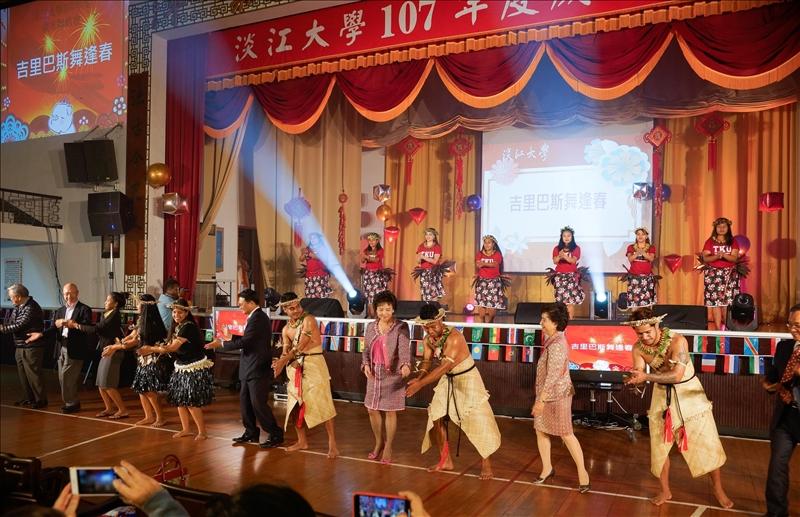 107年度歲末聯歡會-第2個節目「吉里巴斯舞逢春」,由來自友邦「吉里巴斯共合國」的境外生演出,並邀請主管們上台共舞同歡。